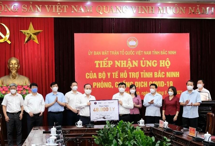 Ngày 24-5, Tập đoàn TH đã trao tặng hai tỉnh Bắc Ninh và Bắc Giang 96.000 ly sữa tươi, sữa học đường và một số loại nước trái cây (tương ứng với mỗi địa phương 48.000 ly) để tiếp sức các nhân viên Y tế, người dân trong các khu vực cách ly.