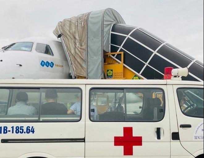 Bé cùng người thân đã được vận chuyển tới Bệnh viện Nhi đồng II tại TP.HCM để được ủ trong lồng kính ngay trong ngày.