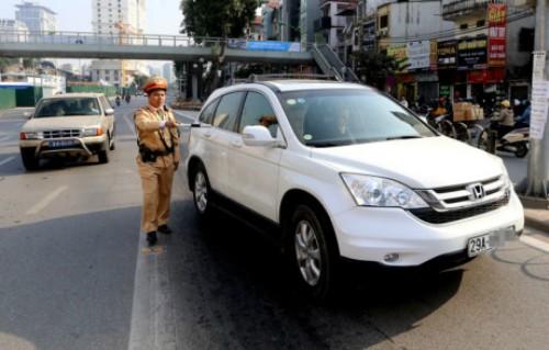 Luật sư cho rằng chưa hợp tình hợp lý khi xử phạt người mua xe trả góp với lỗi không xuất trình được giấy tờ xe bản gốc. Ảnh minh hoạ: Bá Đô