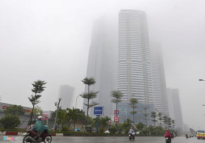 Đứng dưới chân tòa nhà Keangnam sáng 4/1 không thể nhìn thấy tầng cao nhất. Ảnh: Lê Hiếu.