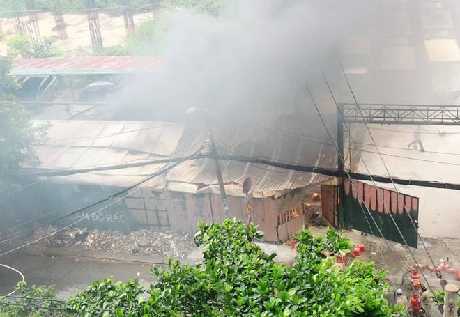 Cháy bãi xe ở Sài Gòn, nhiều ôtô bị thiêu rụi
