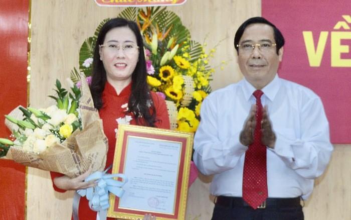 Đồng chí Nguyễn Thanh Bình trao quyết định và chúc mừng đồng chí Bùi Thị Quỳnh Vân.