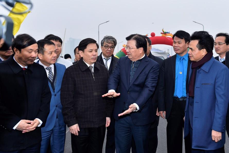 Phó Thủ tướng Trịnh Đình Dũng yêu cầu các đơn vị triển khai phương án kiểm soát tải trọng xe qua cầu để đảm bảo an toàn và tuổi thọ công trình. Ảnh: VGP/Nhật Bắc