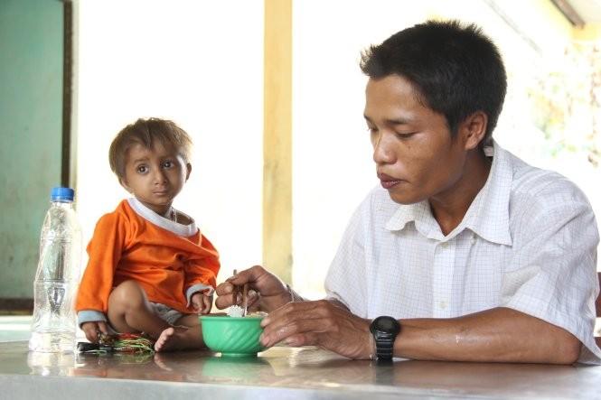 Cậu bé 8 tuổi siêu nhỏ Đinh Văn K'Rể