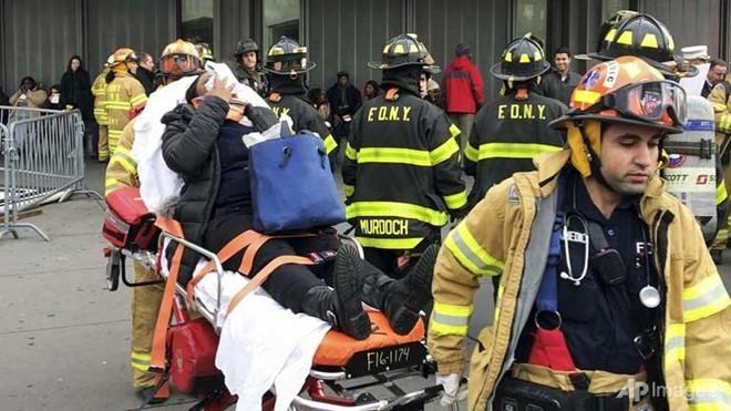 Lực lượng cứu hộ giải cứu nạn nhân. Ảnh: AP.