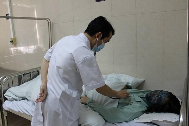 Thạc sĩ, bác sĩ Vũ Mạnh Cường thăm khám cho bệnh nhân Hoài.