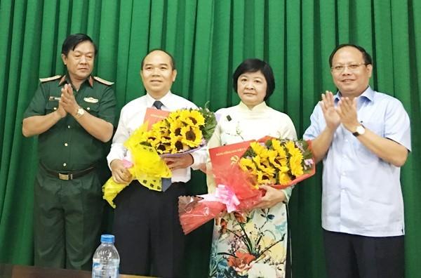 Phó bí thư Thành uỷ TP.HCM trao quyết định nhân sự cho bà Đặng Thị Hồng Liên (thứ hai từ phải sang) và ông Trần Văn Bảy (thứ ba trừ phải sang). Ảnh: Sài Gòn Giải Phóng.
