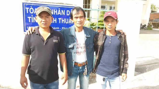 Gia đình ông Nén đến TAND tỉnh Bình Thuận hỏi về số tiền đền bù vào ngày 27/3. Ảnh : Q.H.