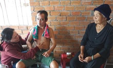 Ông Nén cùng mẹ vợ là bà Nguyễn Thị Lâm và em vợ là Nguyễn Thị Tiến, đều là người bị oan trong Vụ án Vườn điều ngày 29/11/2015, sau khi ông Nén được trả tự do.