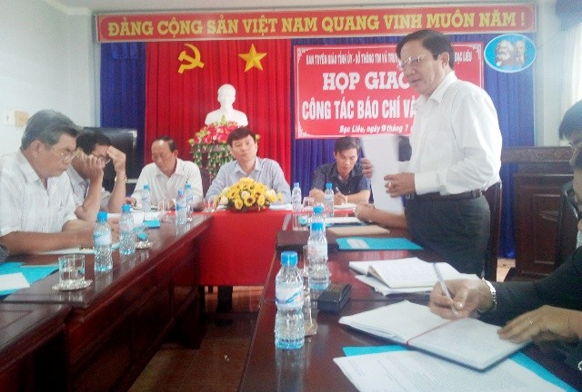Phó Giám đốc Sở Y tế tỉnh Bạc Liêu Nguyễn Minh Tùng (người đứng) khẳng định: Việc bán đấu giá chiếc xe Land Cruiser của Trung tâm Y tế dự phòng tỉnh Bạc Liêu là đúng quy định.