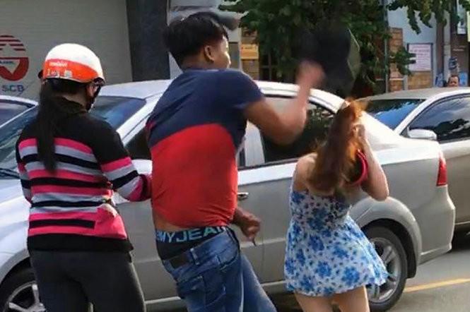 Ngô Trọng Tâm dùng mũ bảo hiểm đập mạnh vào đầu chị Hà giữa đường khiến dư luận bất bình - Ảnh cắt từ clip