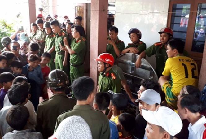Nghi vấn bà Đào Thị Danh bắt cóc trẻ em, hàng trăm người dân vây người đàn bà này