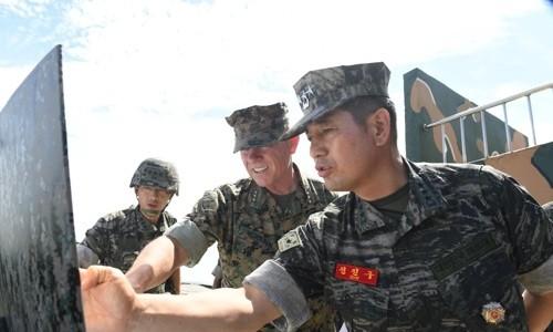 Tướng Nicholson và tướng Jun Jin-go kiểm tra lực lượng Mỹ - Hàn ở biên giới. Ảnh: Yonhap.