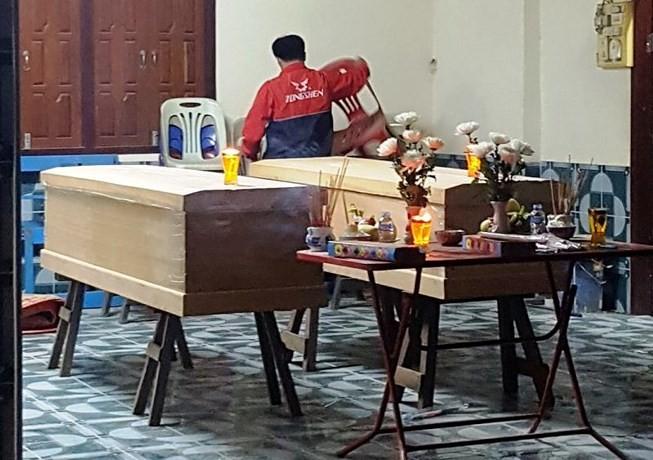 Thi thể hai nạn nhân được đưa về tại một nhà thờ ở tỉnh Chăm Pa Sắc (Lào). Ảnh: Nghệ An