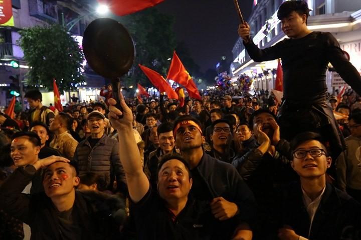 """Muôn kiểu ăn mừng """"độc,lạ"""" của người hâm mộ cả nước. Ảnh: Vietnamnet"""
