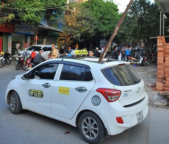 Chiếc xe taxi bị thanh sắt xuyên thủng. Ảnh: Zing