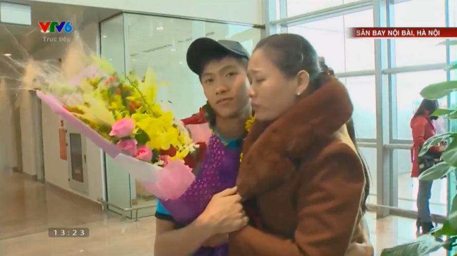 Phan Văn Đức được mẹ đón ở sân bay. Ảnh: VTC