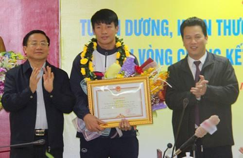 Trung vệ Bùi Tiến Dũng nhận bằng khen từ lãnh đạo tỉnh Hà Tĩnh. Ảnh: Vnexpress