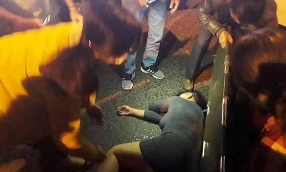 Nữ du khách bị đánh bất tỉnh. Ảnh: Zing