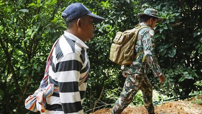 Các thành viên của đội săn yến đang tìm các lối vào khác trên vách núi để tiếp cận đội bóng.