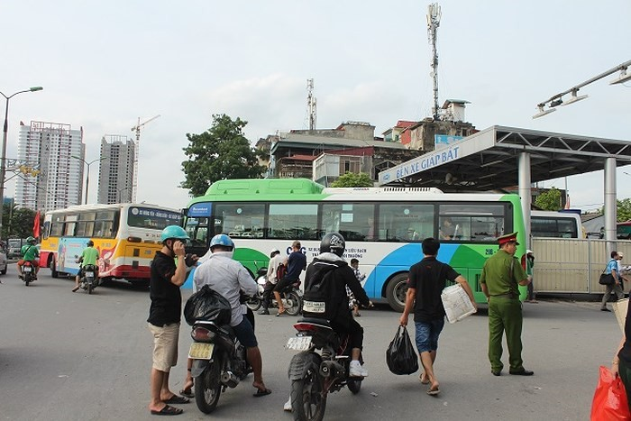 Tại bến xe Giáp Bát, các lực lượng công an đã có mặt để phân luồng giao thông. Ảnh: ANTĐ