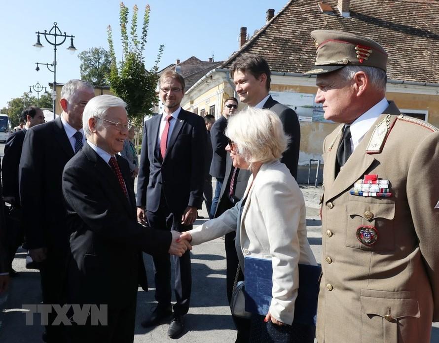 Tổng Bí thư Nguyễn Phú Trọng với các đại biểu tại Quảng trường thành phố Szentendre.