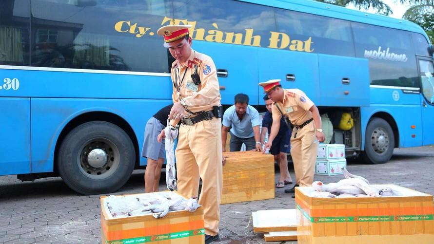 Lực lượng chức năng thu giữ số thùng xốp đựng thịt mèo. Ảnh: VietNamNet