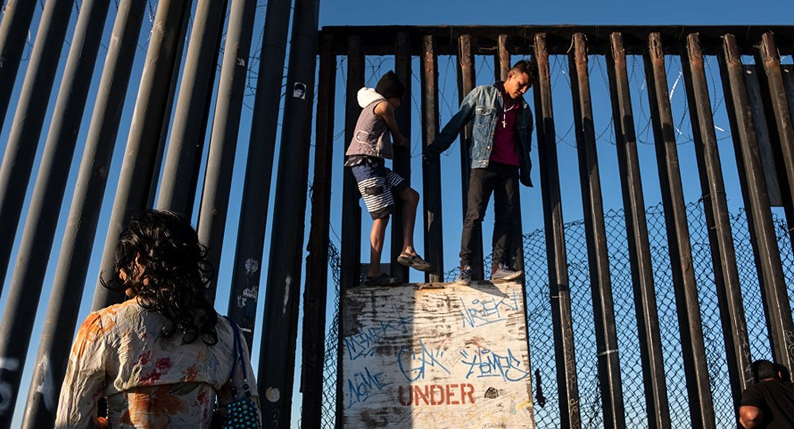 Di dân Trung Mỹ vượt tường rào, áp sát biên giới nước Mỹ