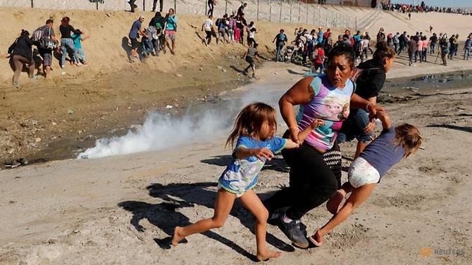 Meza túm lấy tay của các con và tháo chạy. Ảnh: Reuters