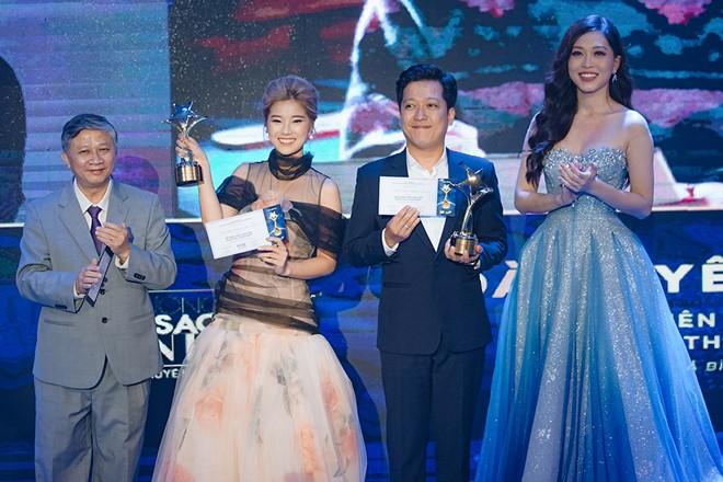 Trường Giang lên nhận giải Nam diễn viên điện ảnh được yêu thích nhất. Ảnh: Zing