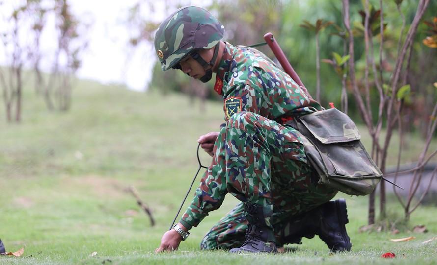 Một người lính công binh đang tiến hành dò mìn tại khách sạn JW Marriott. Ảnh: VnExpress
