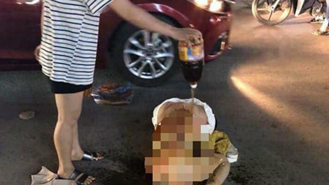 Nạn nhân Giang bị làm nhục giữa đường. Ảnh: VietNamNet