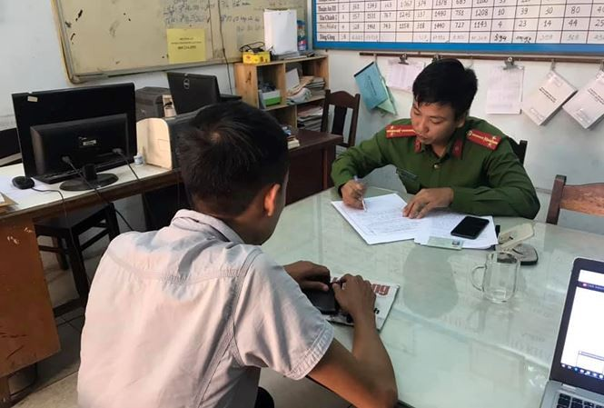 Phóng viên Trần Văn Quyên làm việc tại cơ quan Công an. Ảnh: Tiền Phong
