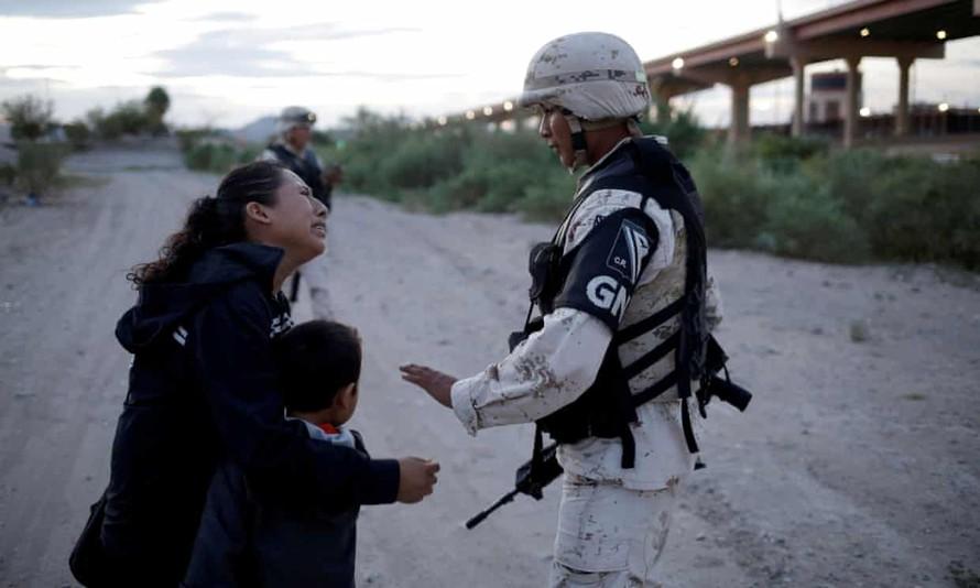 Người mẹ nhập cư bật khóc cầu xin được vào nước Mỹ