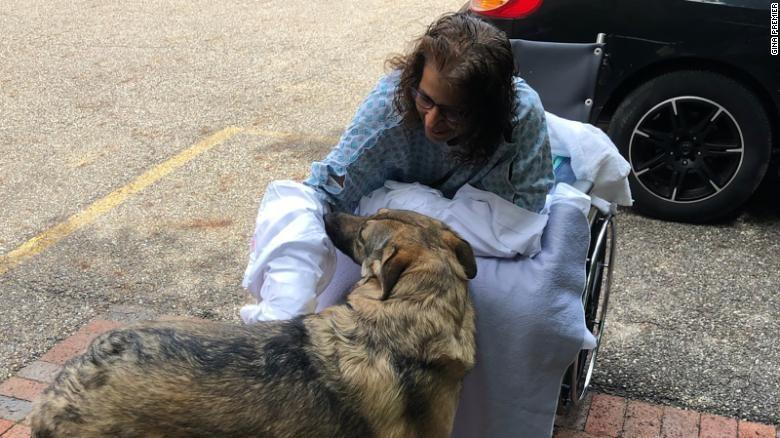Bà Marie Trainer trở về nhà sau ca phẫu thuật. Ảnh: CNN