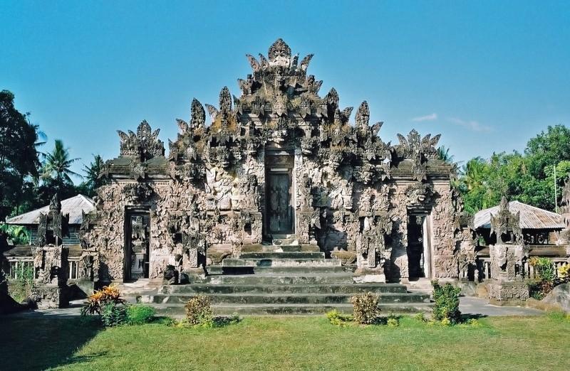 Du khách mạo phạm di tích sẽ bị trục xuất khỏi Bali