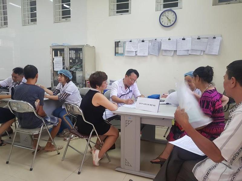 Người dân kéo nhau tới khám tại Trạm Y tế phường Hạ Đình. Ảnh: PLO