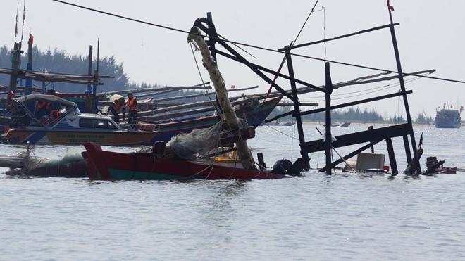 Chiếc tàu cá chìm một phần sau vụ tai nạn. Ảnh: Zing