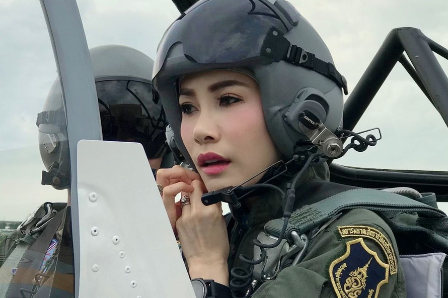 Một bức ảnh của Hoàng Quý phi Sineenart Pilaskalayanee được công bố trên trang web của Hoàng gia Thái Lan vào cuối tháng 8, bức ảnh sau đó đã bị gỡ bỏ.