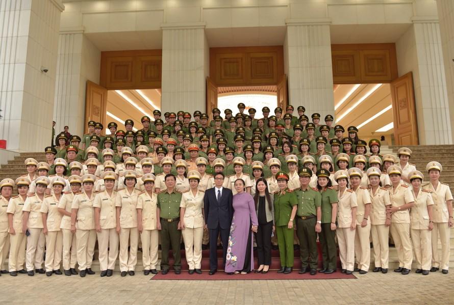 Phó Thủ tướng gặp mặt những 'bông hồng thép' trong lực lượng CAND