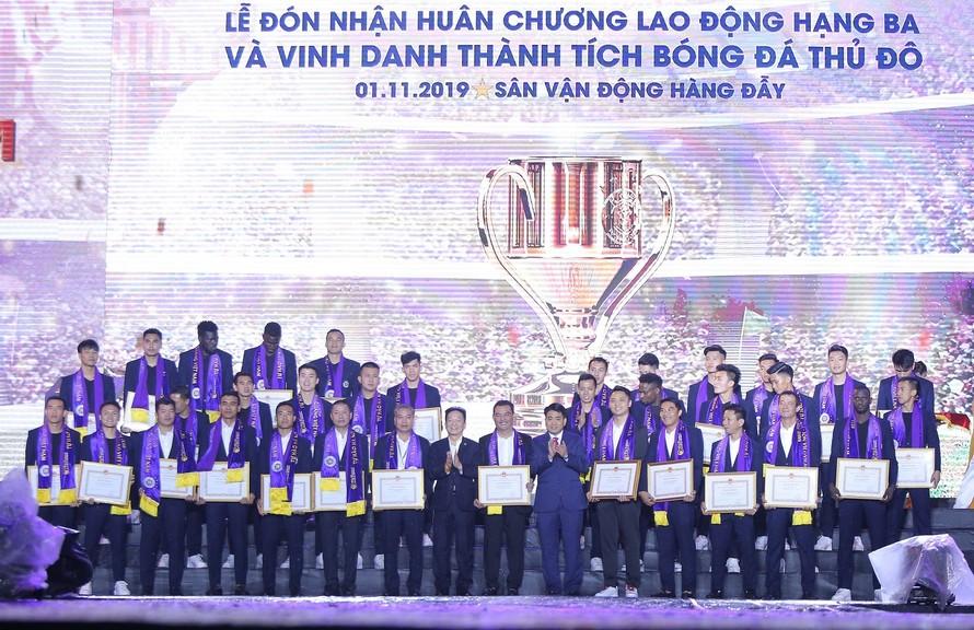 Tập thể Ban lãnh đạo, các cầu thủ CLB bóng đá Hà Nội nhận bằng khen từ TP Hà Nội.
