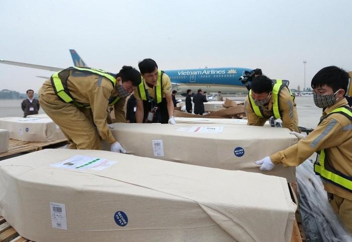 Bộ Ngoại giao phối hợp đưa 16 thi hài và di hài về tới sân bay Nội Bài