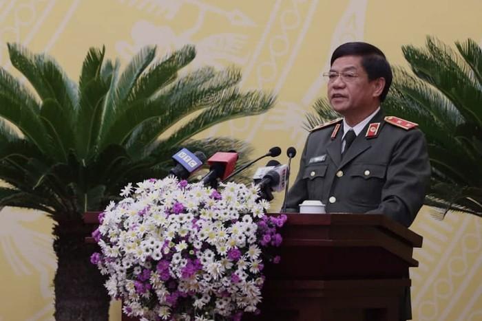 Trung tướng Đoàn Duy Khương - Giám đốc CATP trao đổi, trả lời những vấn đề mà cử tri, đại biểu quan tâm. ẢNh: ANTĐ