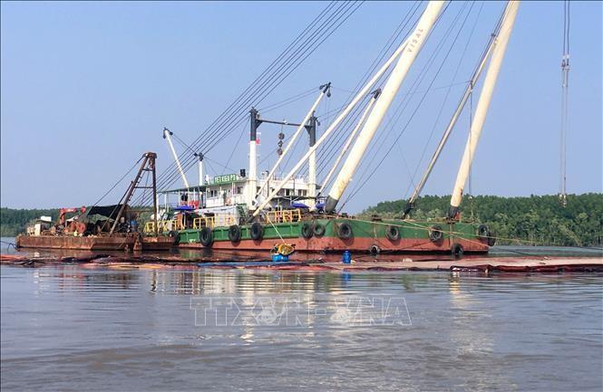 Khu vực tàu Vietsun Integrity bị chìm trên sông Lòng Tàu, đang được các đơn vị tiến hành trục vớt. Ảnh: TTXVN