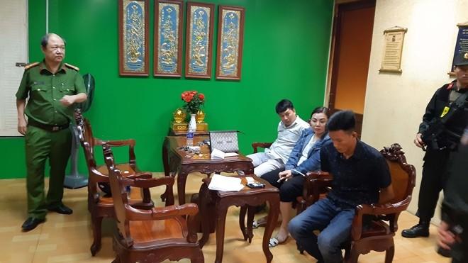 Công an khống chế một số đối tượng trong bệnh viện Tâm Hồng Phước. Ảnh: CAND