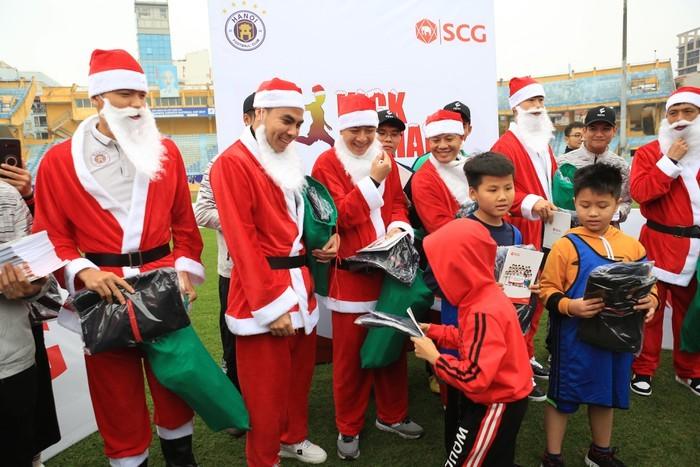 Các cầu thủ CLB Hà Nội trao quà cho các em nhỏ. Ảnh: ANTĐ