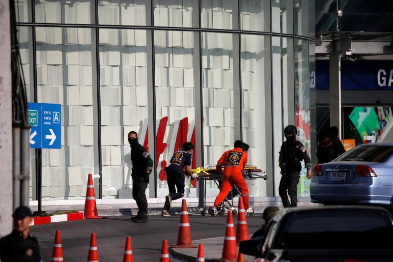 Nhân viên cứu hộ tiến vào trung tâm mua sắm Terminal 21 sau khi nghi phạm khủng bố bị tiêu diệt. Ảnh: Reuters