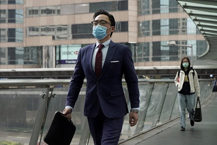 Một người đàn ông đi bộ tại Bắc Kinh. Ảnh: AP