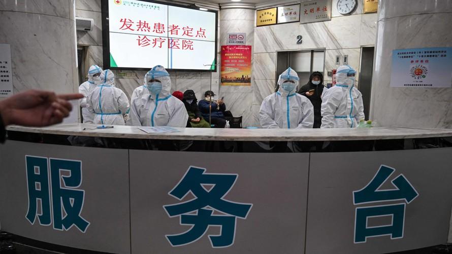 Nhiều bệnh viện tại Vũ Hán phải ưu tiên chữa trị cho các bệnh nhân Covid-19. Ảnh: NY Times