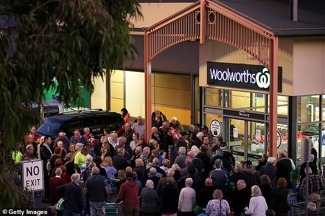 Người dân đổ xô mua hàng, siêu thị Anh kêu gọi cảnh sát hỗ trợ